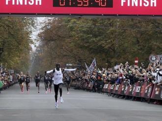 男子马拉松首次跑进2小时 基普乔格突破人类极限