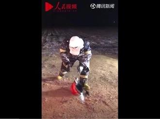 消防员救火后捡不起头盔,画面让人太心疼…