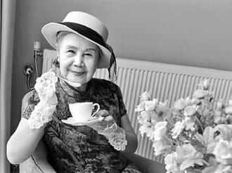 92歲荷花奶奶:微信自稱摩登老太 拖著行李箱上學