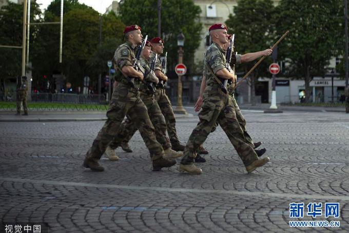 法国国庆日临近 香榭丽舍大街进行阅兵彩排