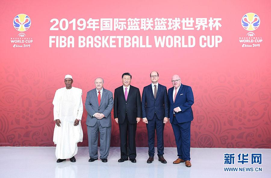 习近平会见国际篮联主席穆拉托