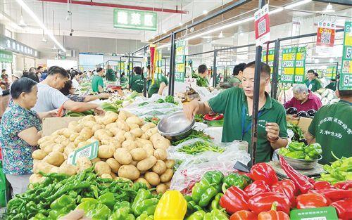 """蔬菜瓜果肉蛋供应充足,价格总体比节前略降—— """"菜篮子""""丰盛 """"果盘子""""多彩"""