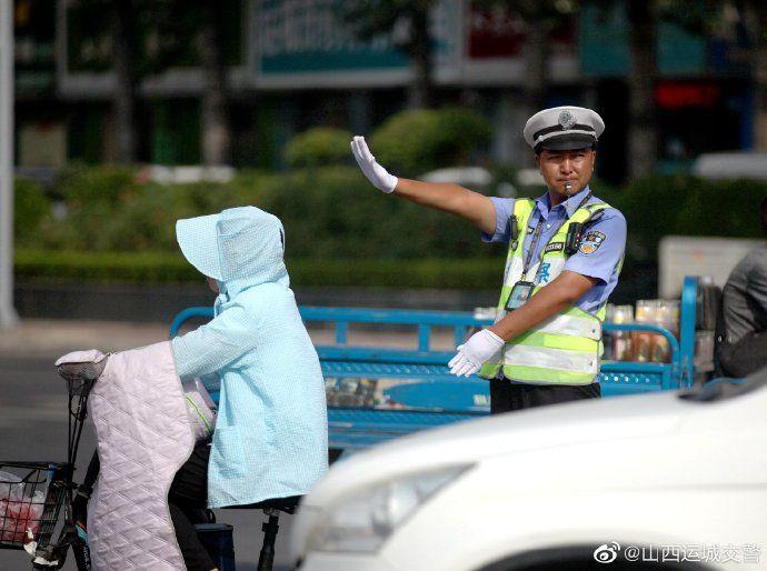 高温下的坚守  运城交警全力确保高温天气期间道路安全畅通